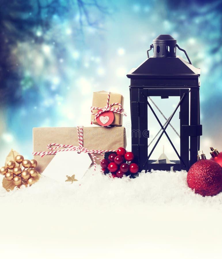 Φανάρι Χριστουγέννων με τις διακοσμήσεις στο χιόνι στοκ εικόνες