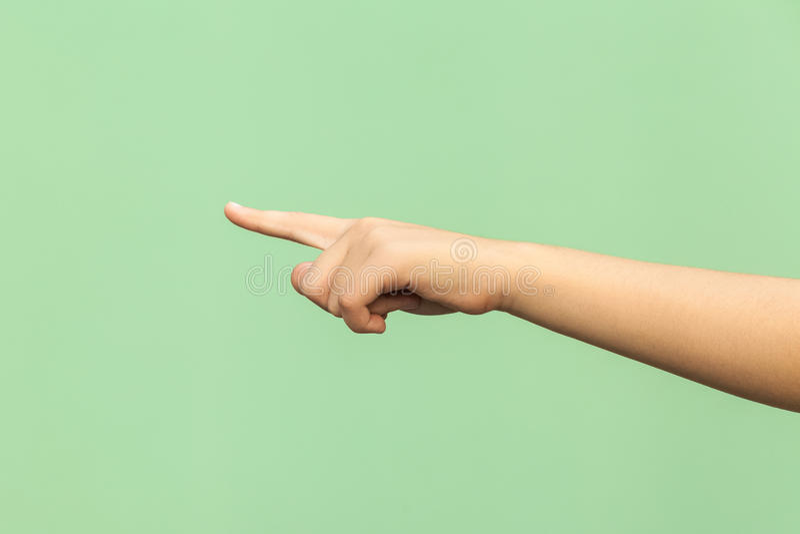 Φανείτε αυτό! Δώστε την υπόδειξη δάχτυλων που απομονώνεται στο πράσινο υπόβαθρο στοκ φωτογραφία με δικαίωμα ελεύθερης χρήσης