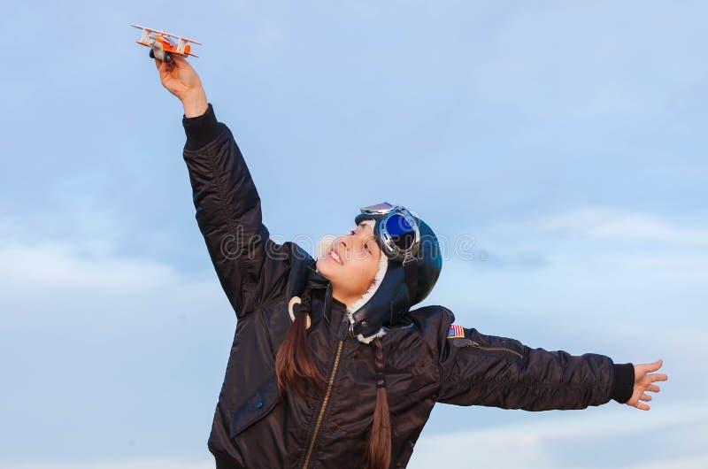 Φαντασία, παιχνίδι παιδιών με το αεροπλάνο στοκ εικόνες με δικαίωμα ελεύθερης χρήσης