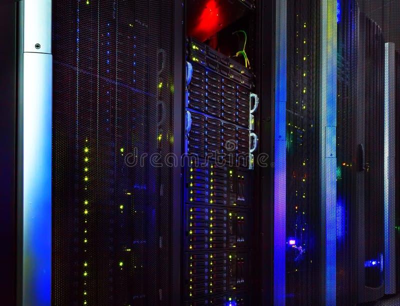 Φανταστική άποψη του κεντρικού υπολογιστή στις σειρές κέντρων δεδομένων στοκ φωτογραφία με δικαίωμα ελεύθερης χρήσης