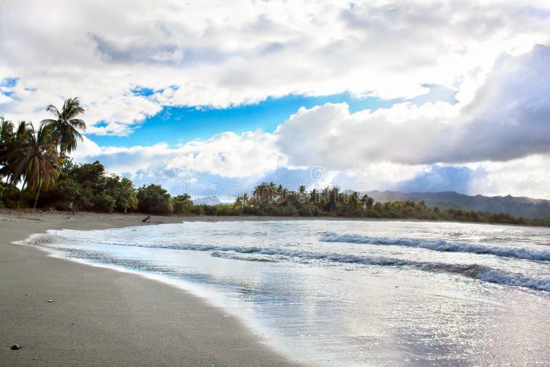 Φανταστική αντίθεση στην τροπική παραλία στοκ φωτογραφία με δικαίωμα ελεύθερης χρήσης