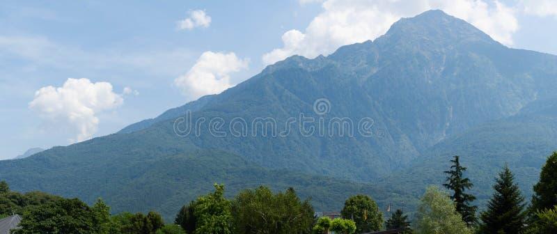 Φανταστική θέα βουνών και δασών σε μια ηλιόλουστη καλοκαιρινή ημέρα. ΠΠστοκ εικόνες με δικαίωμα ελεύθερης χρήσης