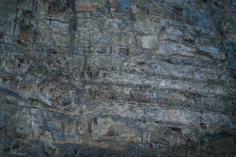 Φανταστικός γκρίζος-μπλε τοίχος πετρών Grunge με την ανώμαλη κοιλαίνω-έξω επιφάνεια στοκ φωτογραφίες με δικαίωμα ελεύθερης χρήσης