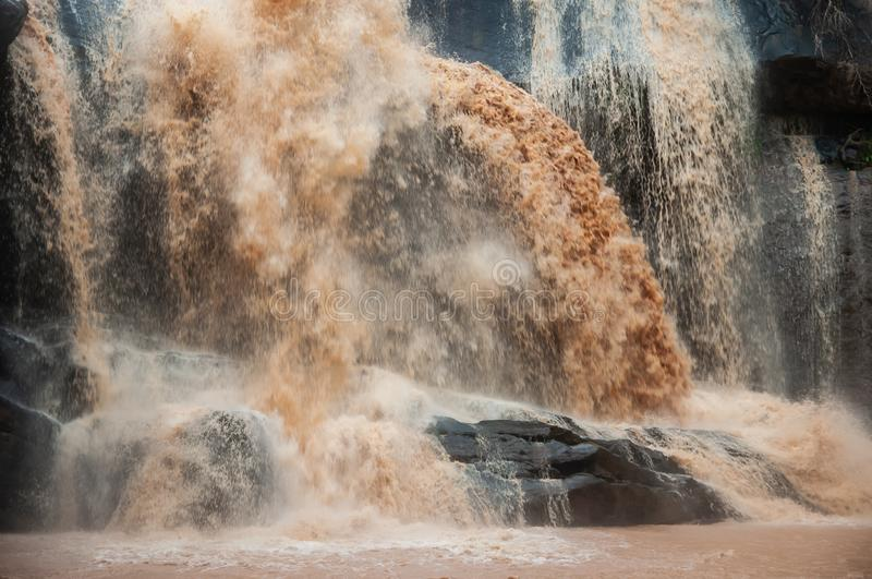 Φανταστικός καταρράκτης στη βροχερή ημέρα Ο καταρράκτης Huang αγοράκι είναι μεγάλος και υπερχείλιση στη περίοδο βροχών Εθνικό πάρ στοκ εικόνες με δικαίωμα ελεύθερης χρήσης