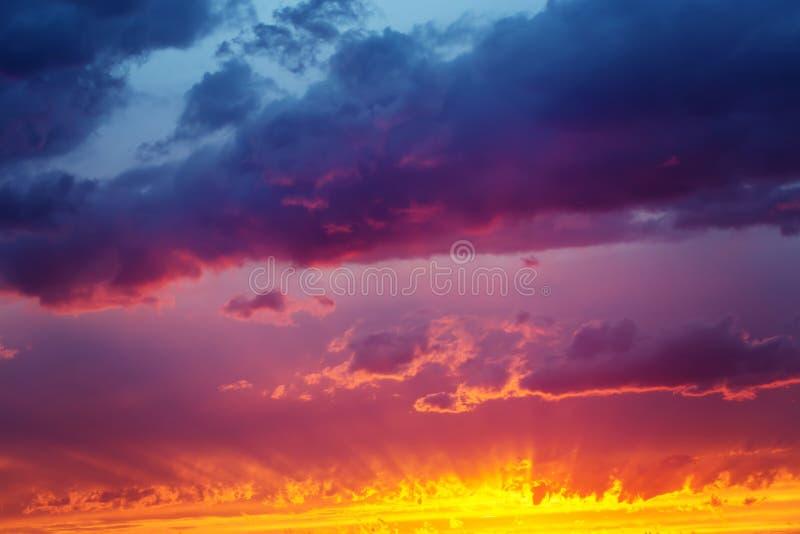 Φανταστικός δραματικός ουρανός ηλιοβασιλέματος στοκ εικόνα