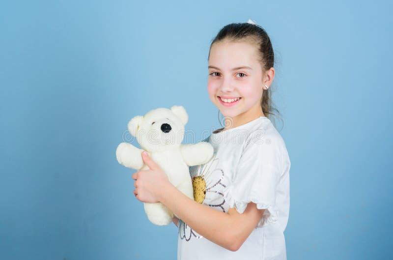 Φανταστικός φίλος Το παιχνίδι μικρών κοριτσιών με το μαλακό παιχνίδι teddy αντέχει r Γλυκιά παιδική ηλικία E Καλός στοκ εικόνες