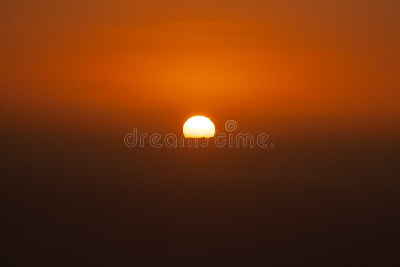 Φανταστικό ηλιοβασίλεμα πέρα από τη θάλασσα πίσω από το νησί στοκ φωτογραφία