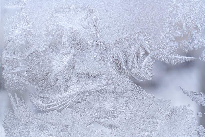 Φανταστικό περίκομψο παγωμένο σχέδιο στο γυαλί χειμερινών παραθύρων στοκ φωτογραφία με δικαίωμα ελεύθερης χρήσης