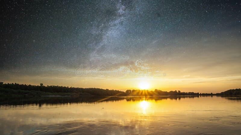 Φανταστικό τοπίο που καίγεται από το φως του ήλιου Μέρα και νύχτα τοπίο κολάζ στοκ φωτογραφία με δικαίωμα ελεύθερης χρήσης