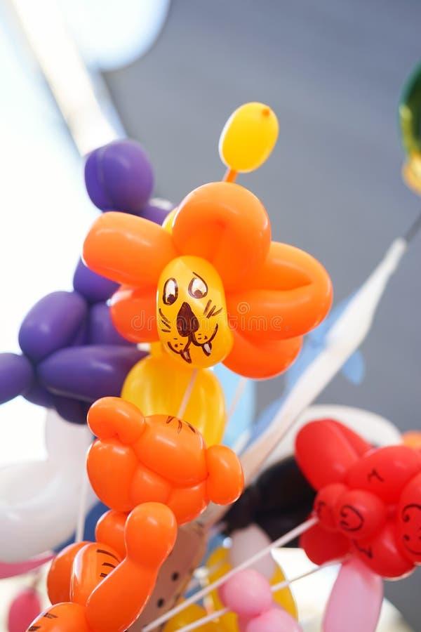 Φανταχτερά μπαλόνια που πωλούν το Σαββατοκύριακο την αγορά Ζωηρόχρωμα μπαλόνια για τη γιορτή γενεθλίων παιδιών μπαλόνι λιονταριών στοκ φωτογραφίες