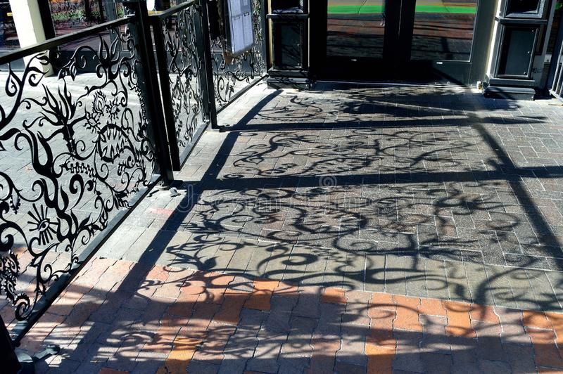 Φανταχτερές σκιές φρακτών στο πεζοδρόμιο στοκ εικόνες με δικαίωμα ελεύθερης χρήσης