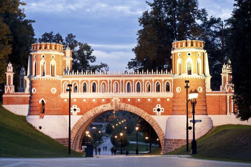 Φανταχτερή γέφυρα τη νύχτα Πάρκο Tsaritsino Μόσχα στοκ φωτογραφία με δικαίωμα ελεύθερης χρήσης