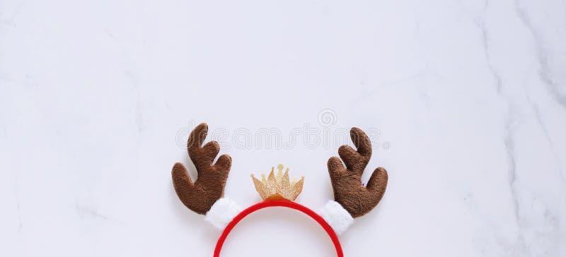 Φανταχτερή κορδέλα με διακοσμητικό σχήμα ταράνδου για χριστουγεννιάτικο πάρτι και εορτασμός σε λευκό μαρμάρινο φόντο στοκ εικόνες με δικαίωμα ελεύθερης χρήσης