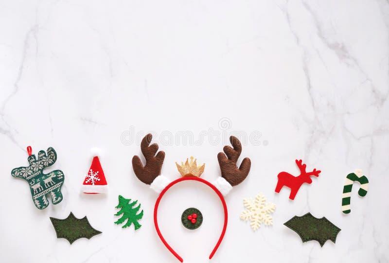 Φανταχτερή κορδέλα με χάρτινο κέρατο και διακοσμητικά Χριστούγεννα για πάρτι και εορτασμό σε λευκό μαρμάρινο φόντο στοκ εικόνες με δικαίωμα ελεύθερης χρήσης