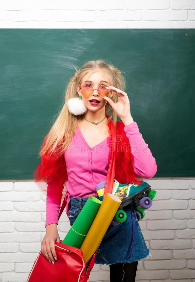 Φανταχτερή μαθήτρια Σχολική μόδα Δημιουργικός έφηβος Μοντέρνο υπόβαθρο πινάκων κιμωλίας σπουδαστών κοριτσιών δημιουργικό r στοκ φωτογραφία με δικαίωμα ελεύθερης χρήσης