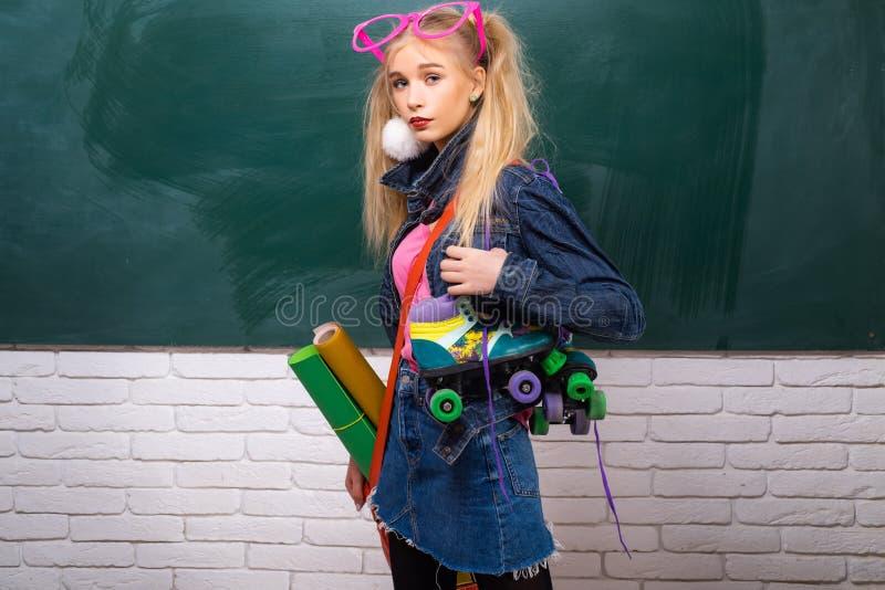 Φανταχτερή μαθήτρια Σχολική μόδα Δημιουργικός έφηβος Μοντέρνο υπόβαθρο πινάκων κιμωλίας σπουδαστών κοριτσιών δημιουργικό o στοκ εικόνες με δικαίωμα ελεύθερης χρήσης