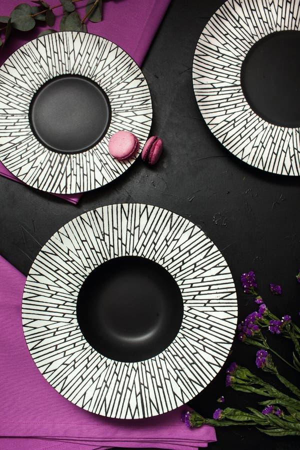 Φανταχτερή ρύθμιση εστιατορίων υποβάθρου πιάτων μαύρη στοκ φωτογραφίες