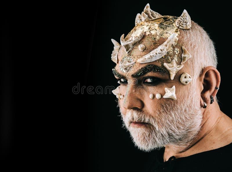 Φανταχτερή σύνθεση αποκριών, δράστης που απεικονίζει το άσχημο τέρας με τα αγκάθια στο πρόσωπο Γενειοφόρο άτομο πλάγιας όψης με τ στοκ εικόνες