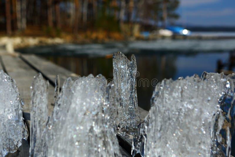 Φανταχτερός επιπλέων πάγος πάγου που πιάνεται από μια λίμνη την άνοιξη στοκ φωτογραφίες