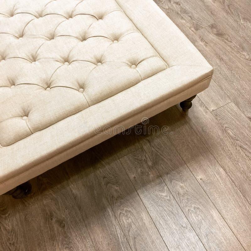 Φανταχτερός Οθωμανός στο ξύλινο πάτωμα στοκ εικόνα με δικαίωμα ελεύθερης χρήσης
