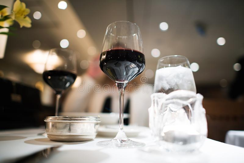 Φανταχτερό γεύμα με το κόκκινο κρασί στοκ εικόνα