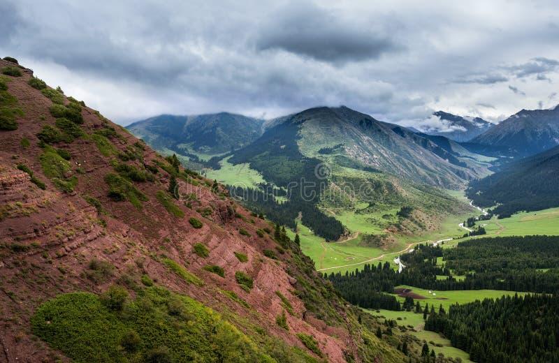 Φαράγγι βουνών με το κόκκινο έδαφος στοκ φωτογραφία με δικαίωμα ελεύθερης χρήσης