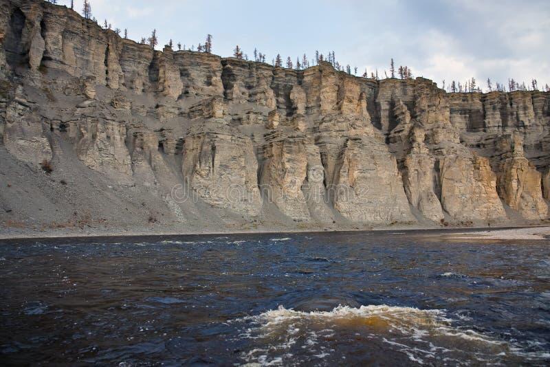 Φαράγγι και παράκτιοι απότομοι βράχοι του σιβηρικού ποταμού Moiyerocan στοκ φωτογραφία με δικαίωμα ελεύθερης χρήσης