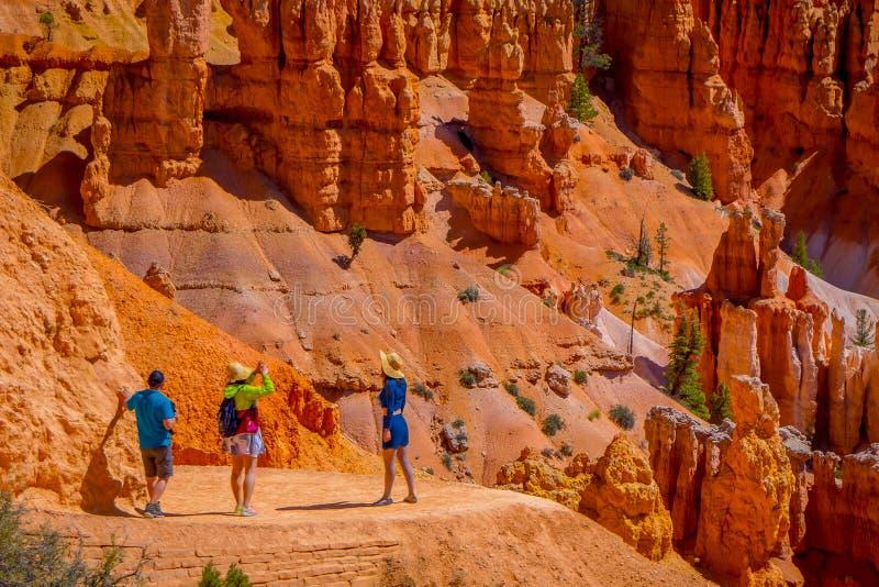 ΦΑΡΑΓΓΙ ΤΟΥ BRYCE, ΓΙΟΎΤΑ, 07 ΙΟΥΝΙΟΥ, 2018: Νέοι ταξιδιώτες που στέκονται στον απότομο βράχο του εθνικού πάρκου φαραγγιών του Br στοκ φωτογραφίες
