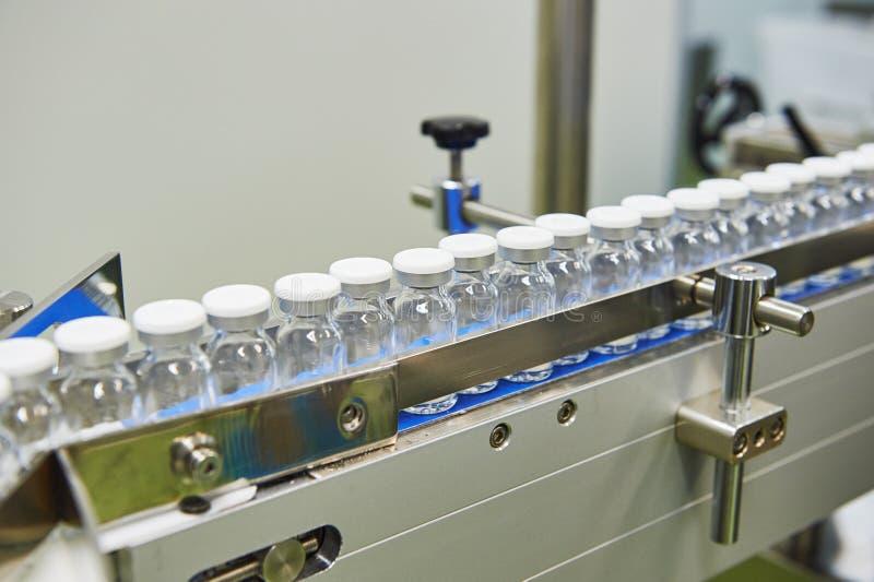 Φαρμακευτική γραμμή παραγωγής μπουκαλιών γυαλιού στοκ φωτογραφία με δικαίωμα ελεύθερης χρήσης
