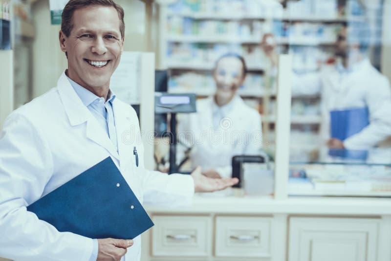 Φαρμακοποιοί που εργάζονται στο φαρμακείο στοκ εικόνες με δικαίωμα ελεύθερης χρήσης