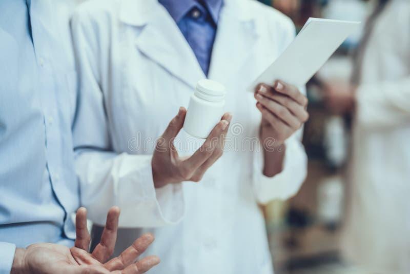 Φαρμακοποιοί που μιλούν με μεταξύ τους στοκ εικόνα