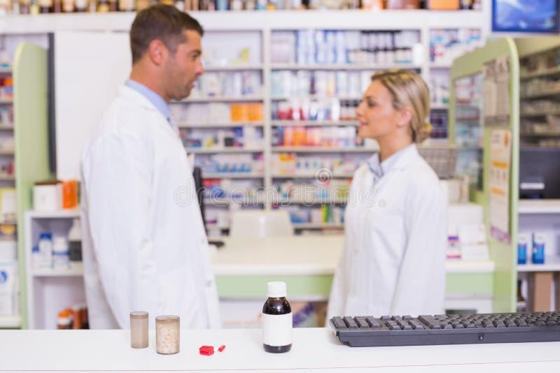 Φαρμακοποιοί που μιλούν ο ένας τον άλλον στοκ εικόνα με δικαίωμα ελεύθερης χρήσης