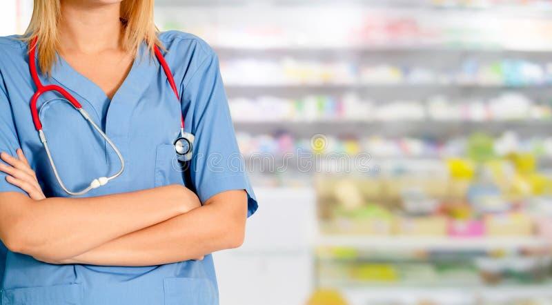 Φαρμακοποιός γυναικών που εργάζεται στο φαρμακείο στοκ εικόνα