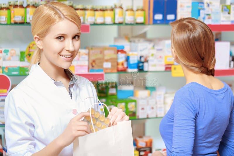 Φαρμακοποιός και πελάτης φαρμακείων στο φαρμακείο στοκ φωτογραφία με δικαίωμα ελεύθερης χρήσης