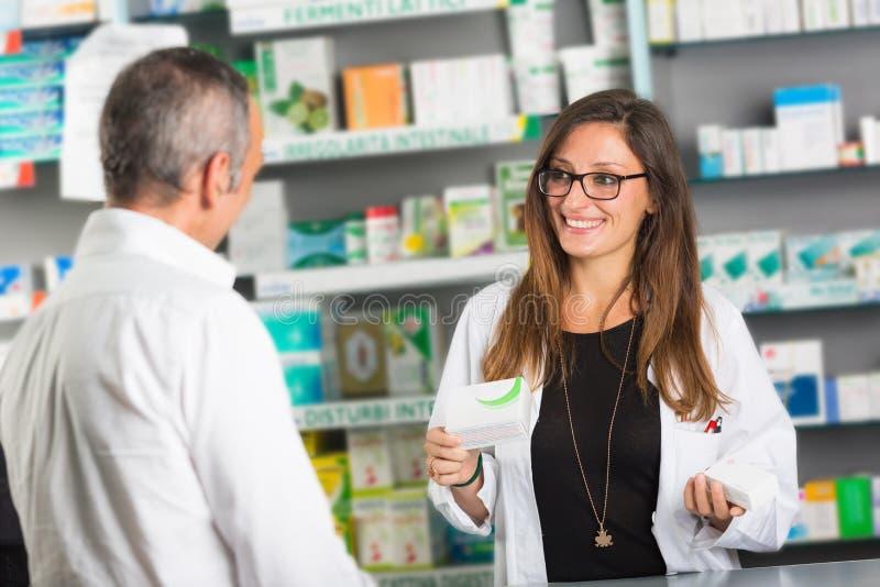 Φαρμακοποιός και πελάτης στοκ φωτογραφίες
