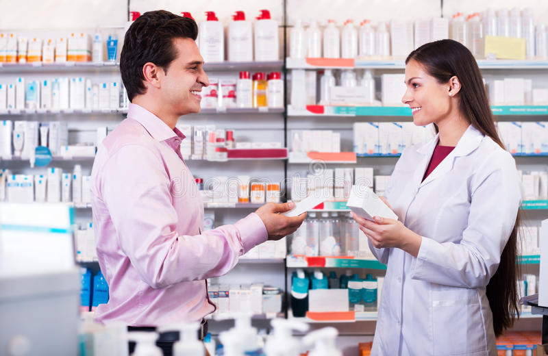 Φαρμακοποιός και συμβουλευτικό άτομο στο φαρμακείο στοκ φωτογραφίες