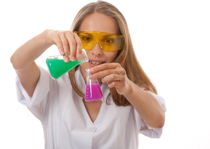 Φαρμακοποιός και χημικές ουσίες γυναικών στις φιάλες στοκ φωτογραφίες