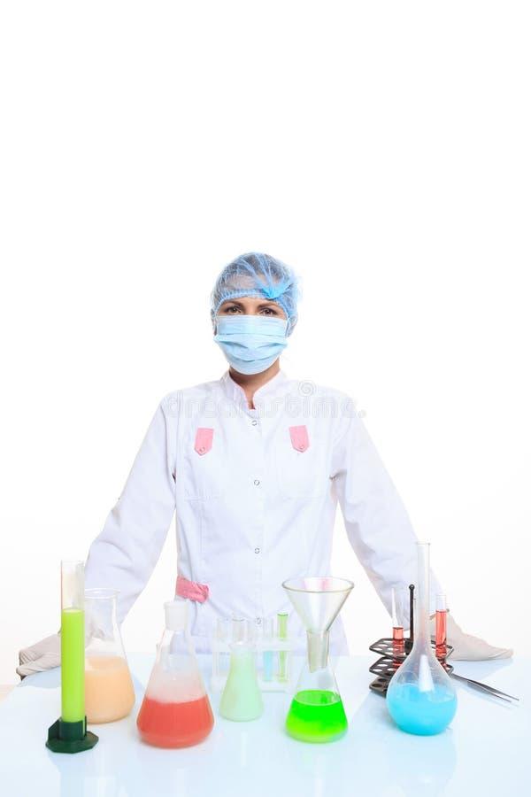 Φαρμακοποιός και χημικές ουσίες γυναικών στις φιάλες στοκ φωτογραφία με δικαίωμα ελεύθερης χρήσης