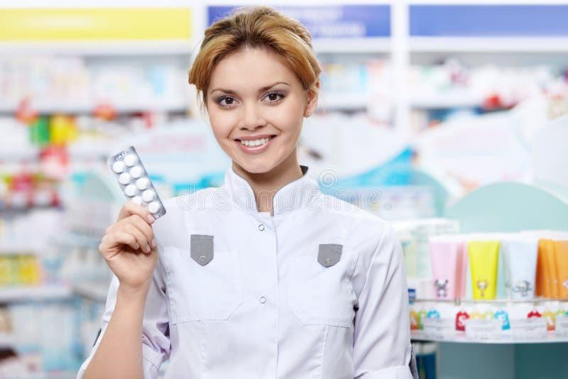 Φαρμακοποιός με τις ταμπλέτες στοκ φωτογραφία με δικαίωμα ελεύθερης χρήσης