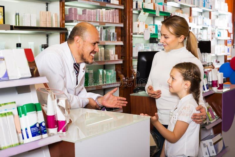 Φαρμακοποιός που βοηθά τους πελάτες στοκ φωτογραφίες με δικαίωμα ελεύθερης χρήσης
