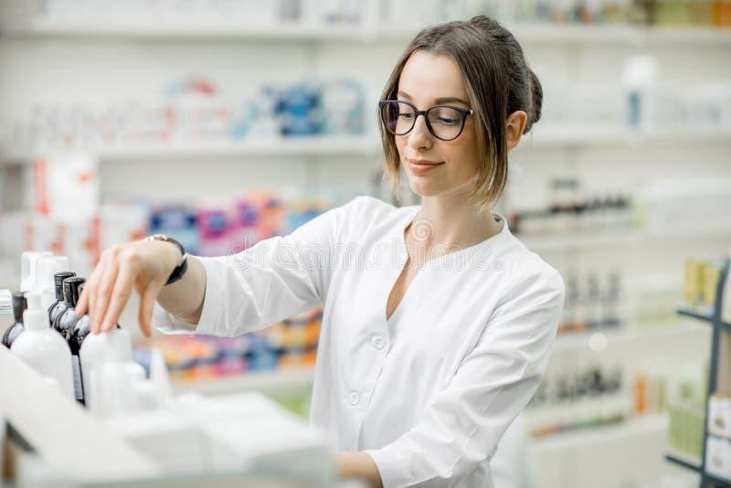 Φαρμακοποιός που εργάζεται στο κατάστημα φαρμακείων στοκ φωτογραφίες με δικαίωμα ελεύθερης χρήσης