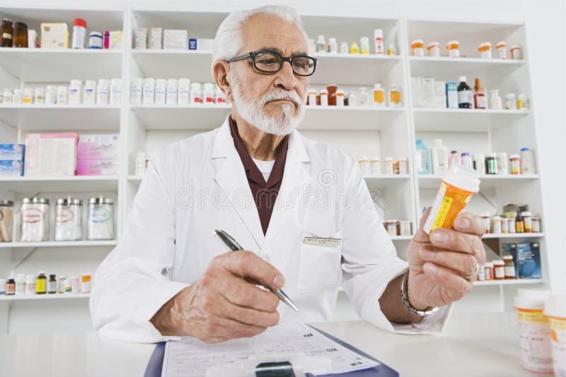 Φαρμακοποιός που εργάζεται στο φαρμακείο στοκ φωτογραφίες