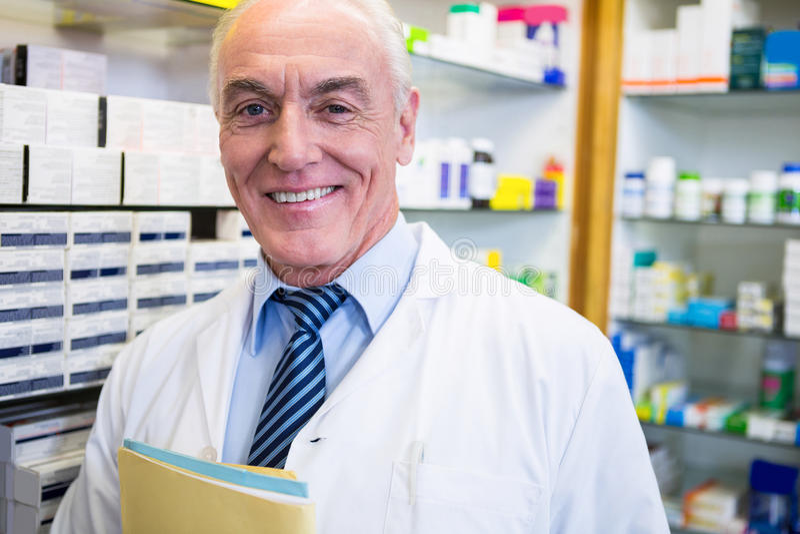 Φαρμακοποιός που κρατά ένα αρχείο στοκ εικόνα με δικαίωμα ελεύθερης χρήσης