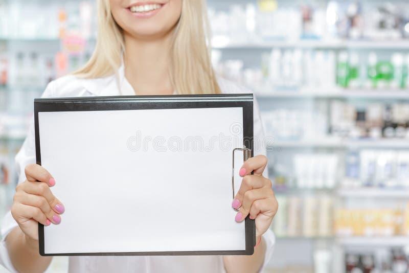 Φαρμακοποιός που λογαριάζει το προϊόν στο φαρμακείο στοκ φωτογραφίες με δικαίωμα ελεύθερης χρήσης