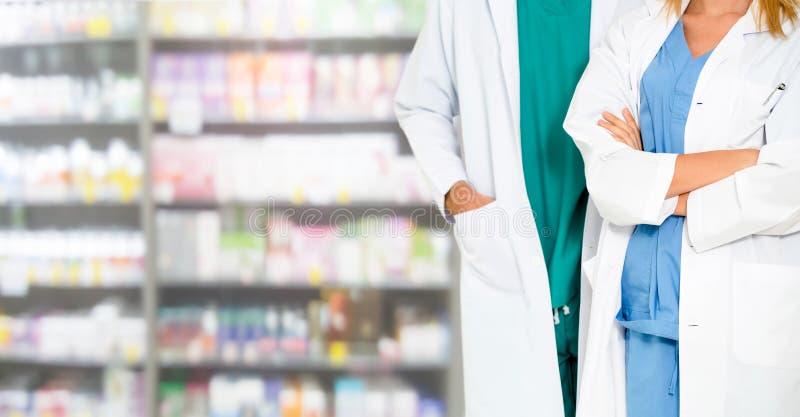 Φαρμακοποιός που συνεργάζεται με το συνάδελφο στο φαρμακείο στοκ φωτογραφίες