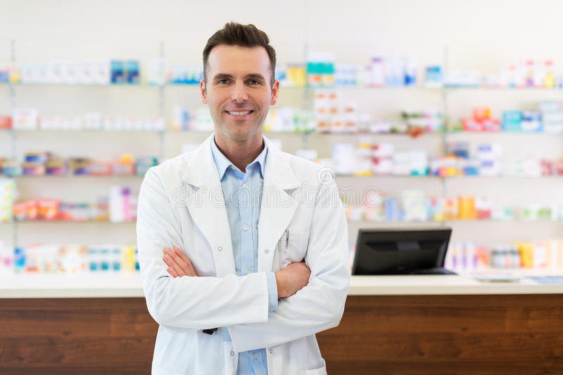 Φαρμακοποιός στο φαρμακείο στοκ εικόνες