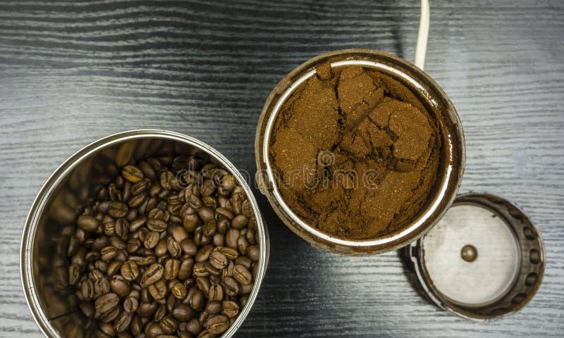 Φασόλια επίγειου καφέ σε έναν μύλο καφέ στοκ εικόνες με δικαίωμα ελεύθερης χρήσης