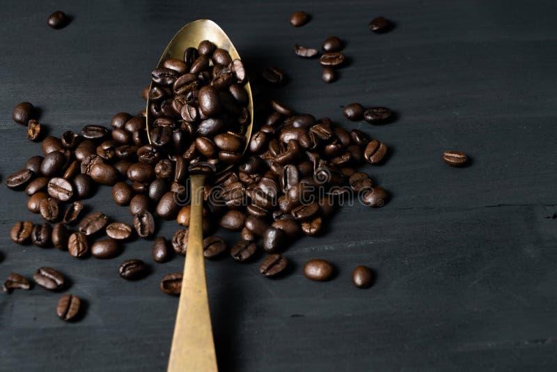 Φασόλια καφέ και κουτάλι στοκ φωτογραφία