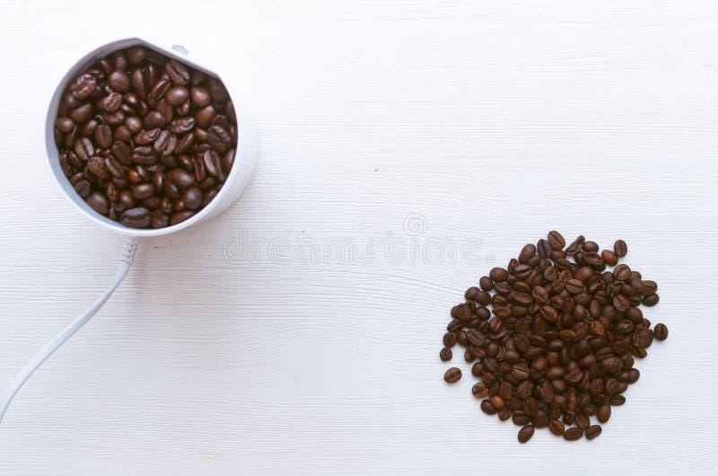 Φασόλια καφέ και μύλος καφέ στοκ φωτογραφία με δικαίωμα ελεύθερης χρήσης