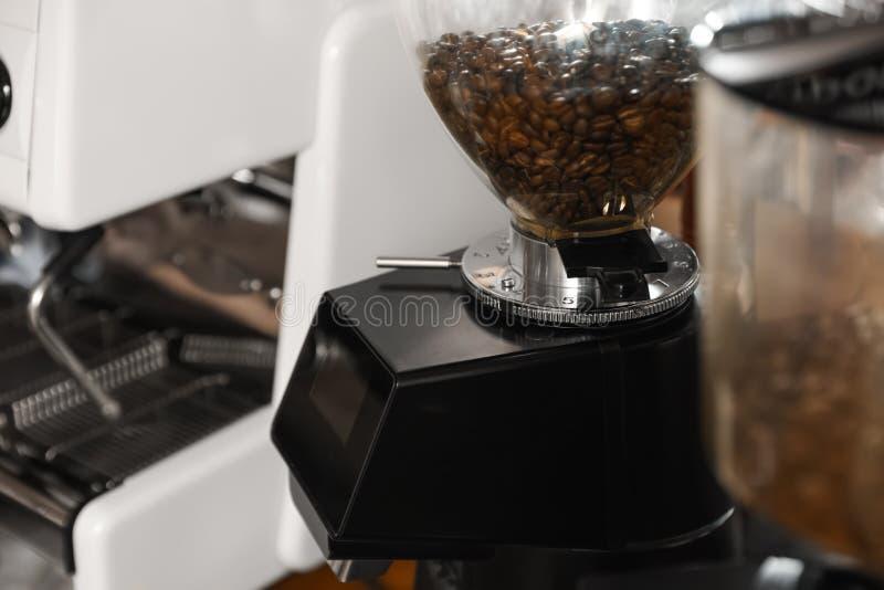 Φασόλια καφέ στη χοάνη μύλων, κινηματογράφηση σε πρώτο πλάνο στοκ φωτογραφίες με δικαίωμα ελεύθερης χρήσης